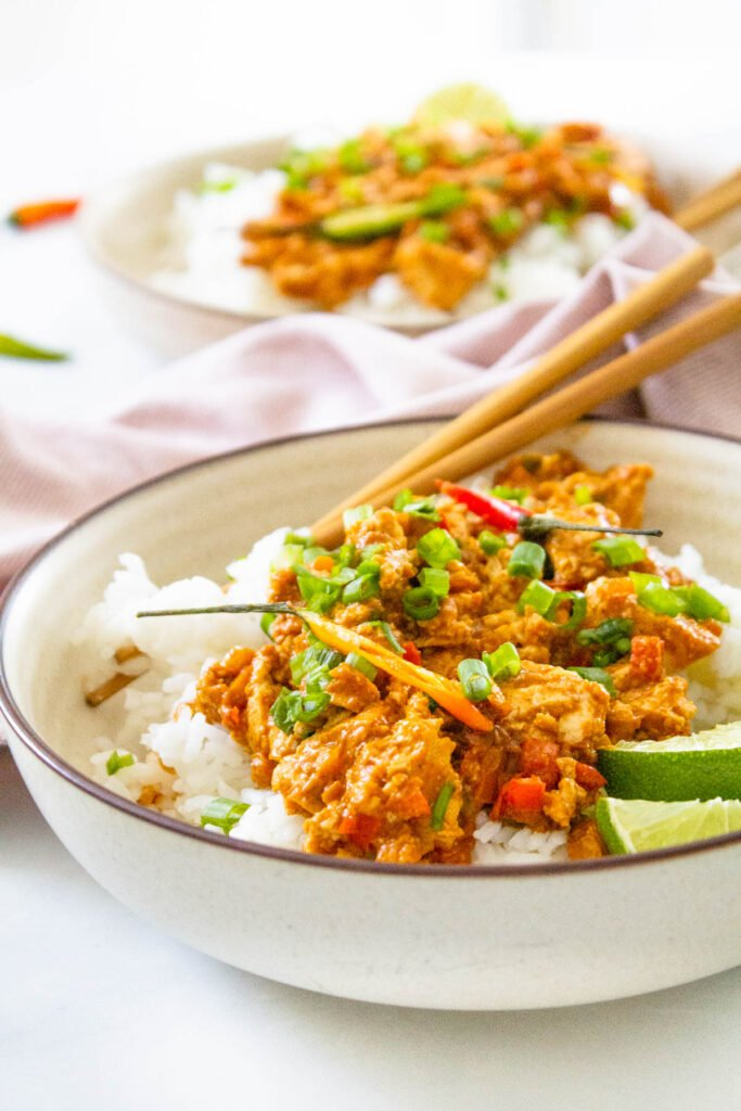 These Spicy Peanut Tofu Bowls are simple, quick and totally delicious! Ready in 30 minutes - perfect for meal prepping or a quick vegan dinner | ThisSavoryVegan.com #thissavoryvegan #thai #peanuttofu