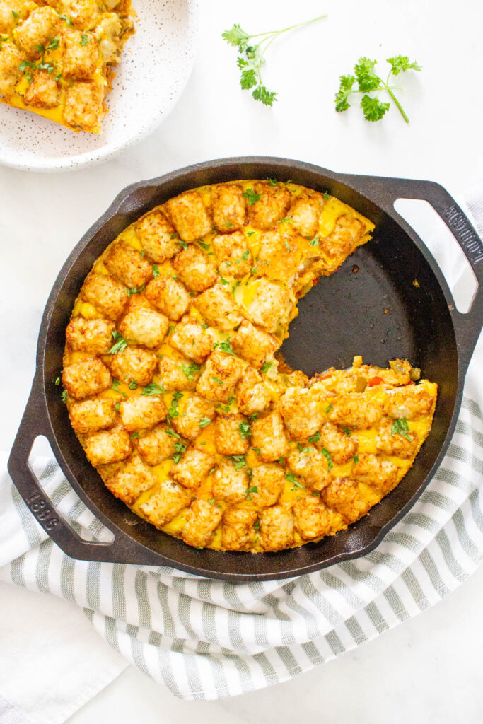 This Vegan Tater Tot Breakfast Casserole is loaded with vegan eggs, vegan sausage, tempeh bacon and veggies. The perfect vegan brunch or meal prep breakfast | ThisSavoryVegan.com #thissavoryvegan #veganbrunch #vegancasserole